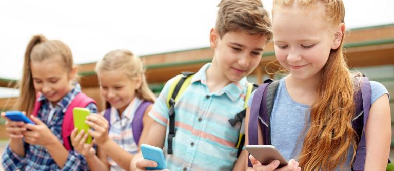 """""""Límites a los móviles en los colegios: un avance contra el ciberacoso"""". Por Olatz Alberdi"""